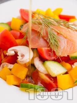 Салата с чери домати, чушки, сурови гъби, сьомга и зехтин  - снимка на рецептата